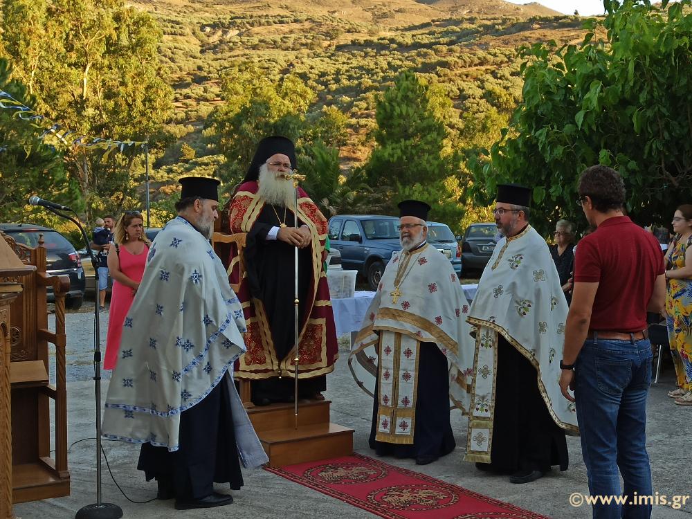Ο Αρχιερατικός Εσπερινός στον πανηγυρίζοντα Ιερό Ναό Οσίας Ειρήνης Χρυσοβαλάντου στη Δάφνη.