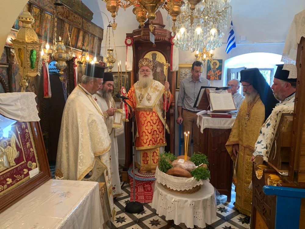 Με Αρχιερατική Θεία Λειτουργία πανηγυύρισε ο Ιερός Ναός Αγίου Δημητρίου στους Αδραβάστους Σητείας.