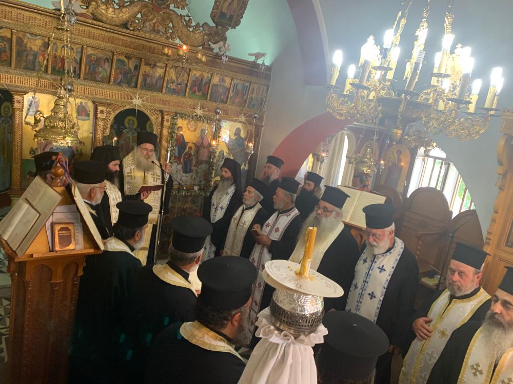 Αρχιερατικό Τρισάγιο και η ταφή του μακαριστού Ιερέως Ιωάννου Mαυροκουκουλάκη στην Ενορία Κεντρίου.